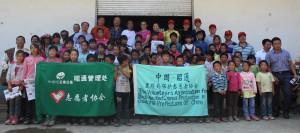 117-8-3志愿者们与爱心人士同彝良猴街小学的受助学生合影。陈莹莹 摄
