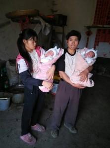 2 陈云金和妻子与剩下的双胞胎在一起。