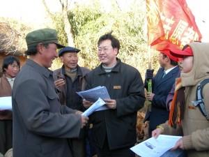 4 黑颈鹤保护志愿者在大山包海脑壳自然村向村民发放爱鸟护鹤宣传材料。  谢云普  摄