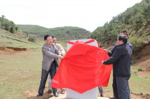 2各方代表为功德碑揭开红布。