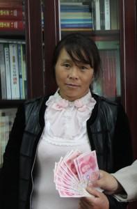 127-1-4-2资助昭通市一中高一年级曹国丹1200元,其母张仕会代领。李治 摄_看图王