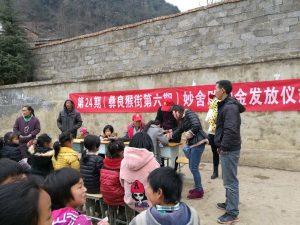 """1黑颈鹤保护志愿者在彝良猴街小学为52名学生发放第六期""""妙舍助学基金"""" 万廷敏 摄"""