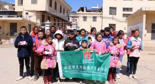 2大山包的18名中小学生每人得到了200元的学习生活补助   李何祥  摄